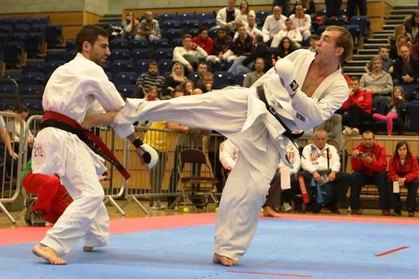 Иван Кирьянов (справа) наносит удар