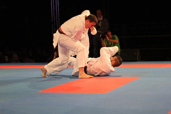 В атаке мастер спорта международного класса посетокан карате-до Сергей Мащенко
