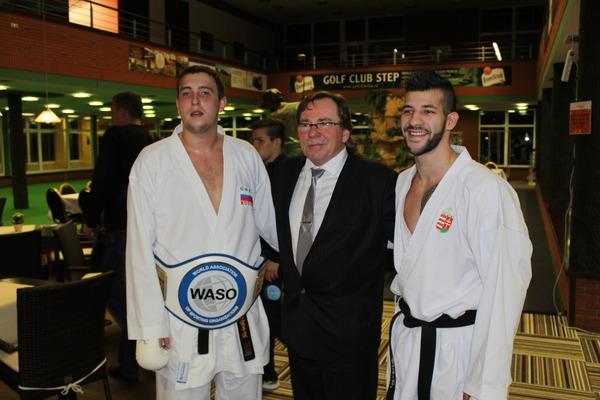 Участники поединка свице-президентом WASO Карлом Стратом (посередине)
