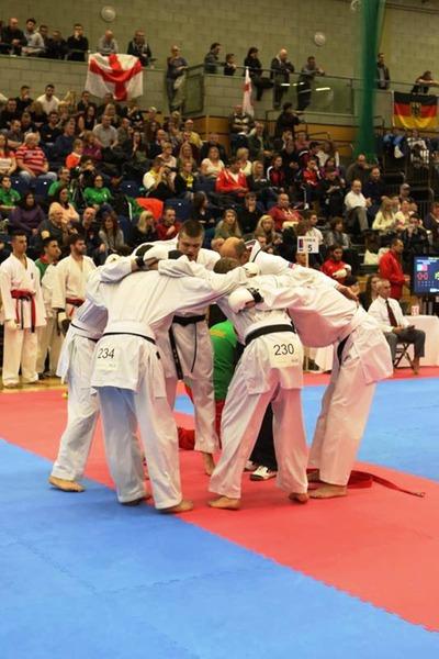 Настрой нафинальный поединок спортугальцами вкомандном кумите среди взрослых спортсменов