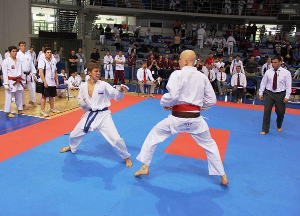 Поединок сучастием дебютанта турнира Артема Леготина (слева)
