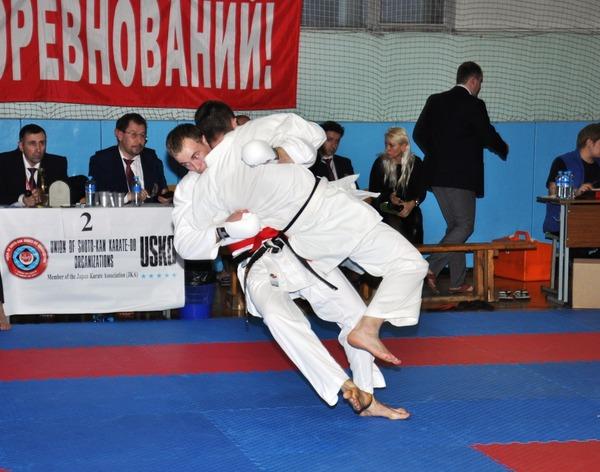 Иван Кирьянов (слева) наносит атакующий удар сопернику