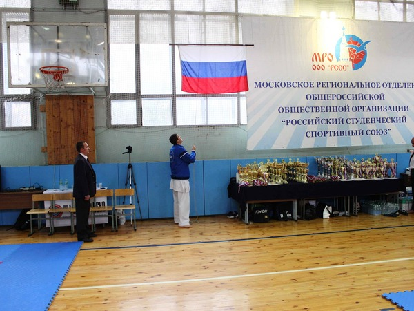 Сергей Мащенко поднимает флаг Российской Федерации нацеремонии открытия турнира